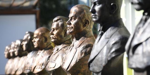 В Москве на Аллее правителей установили памятник Сталину