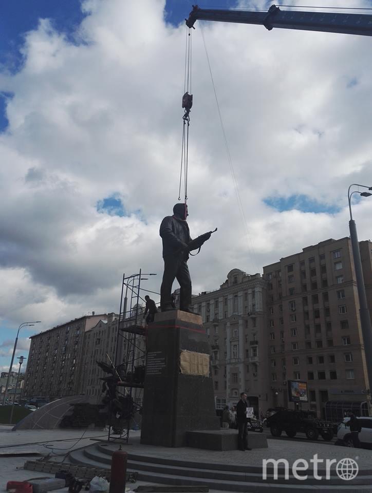 Установка памятника Михаилу Калашникову. Фото Светлана Перцова.