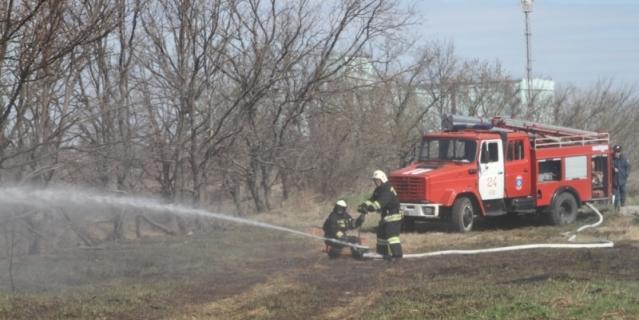 Вертолёты и спецпоезд потушили крупный пожар в Ростове рядом с зоопарком
