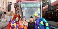 Артисты развлекали пассажиров трамвая в День без автомобиля