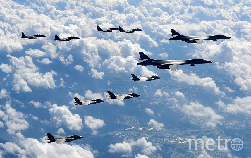 Самолеты B1-B в сопровождении истребителей F-35. Фото Getty