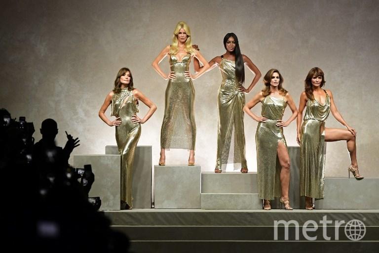 Показ Versace: Клаудия Шиффер, Наоми Кэмпбелл и Карла Бруни вновь вышли на подиум