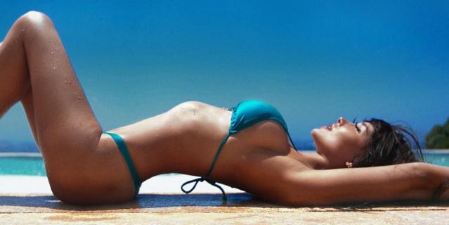 Модель Playboy устроила фотосессию на погребальном сооружении