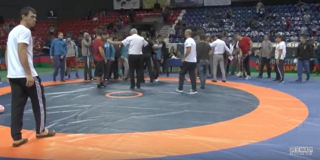 В Сети появилось видео массовой драки, которая произошла в Краснодаре. Фото Скриншот Youtube