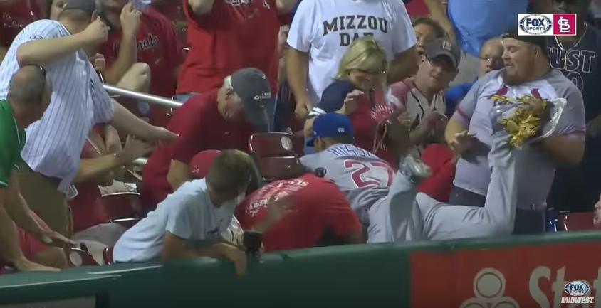 Рассел упал за бортик с болельщиками. Фото  скриншот с видео FOXSportsMidwest, Скриншот Youtube