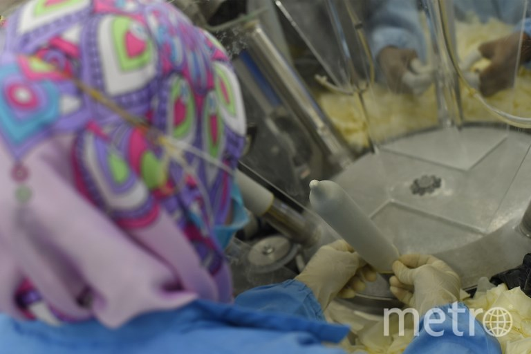 Производство презервативом со вкусом жирного риса. Фото AFP