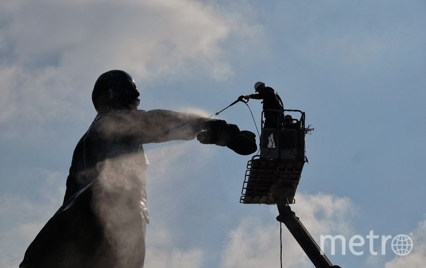 Памятник Ленина в Петербурге отмыли к столетию революции.