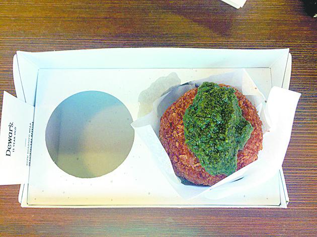 Яйцо с бараниной и мятным соусом в баре Powerhouse. Фото Анна Храмцова.