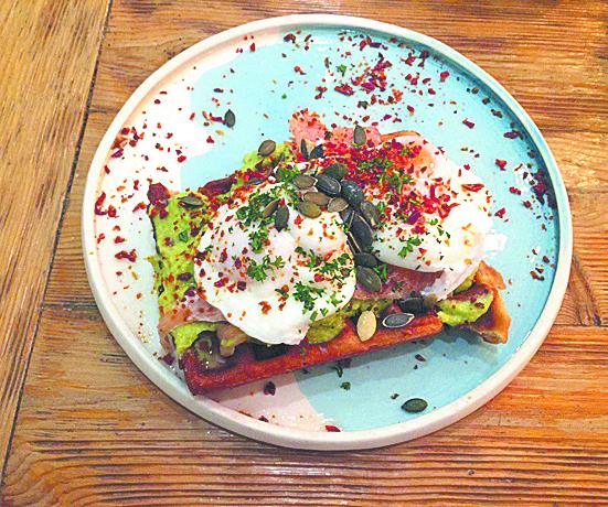 Вафля лосось-авокадо в Scramble Cafe. Фото Анна Храмцова.