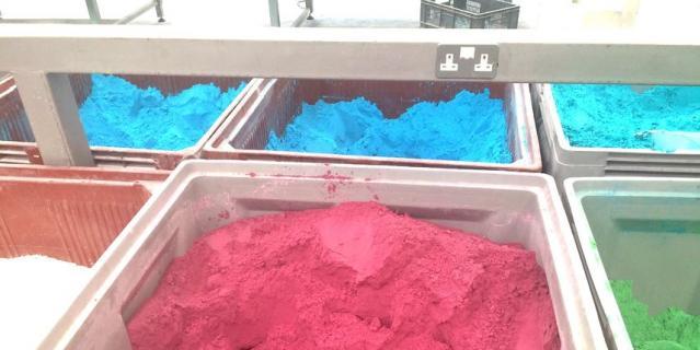 """Разноцветный """"песок"""", который скоро станет бомбочкой."""