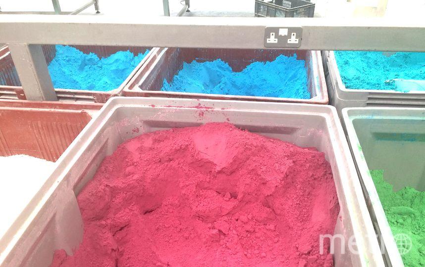 """Разноцветный """"песок"""", который скоро станет бомбочкой. Фото Ольга Захарец, """"Metro"""""""