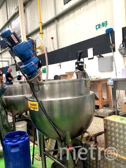"""Огрмный миксер, который смешивает все ингредиенты для мыла. Фото Ольга Захарец, """"Metro"""""""