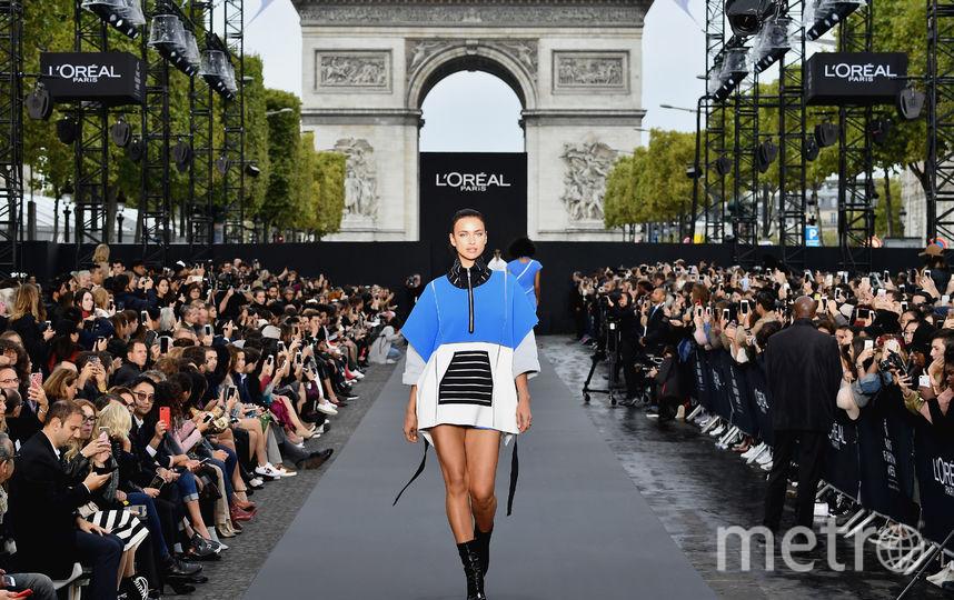 Ирина Шейк на показе  L'Oreal Paris. Фото Getty