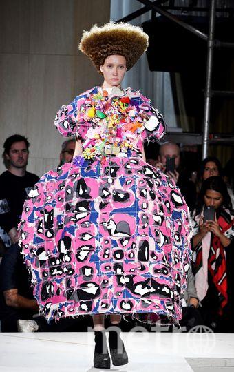 Причёска сенатора Петренко вдохновила дизайнеров в Париже. Фото AFP
