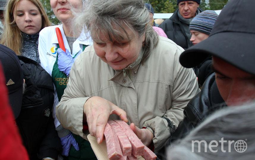 """Колбасы было так много, что её хватило всем желающим. Фото Василий Кузьмичёнок, """"Metro"""""""