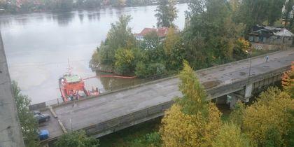 Разлив нефти устраняют на реке Славянке в Петербурге
