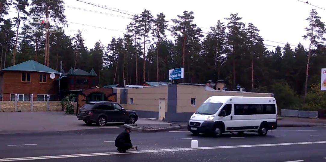 """В Тольятти мужчина топором прорубил """"двойную сплошную"""" на асфальте. Фото Все - скриншот YouTube"""