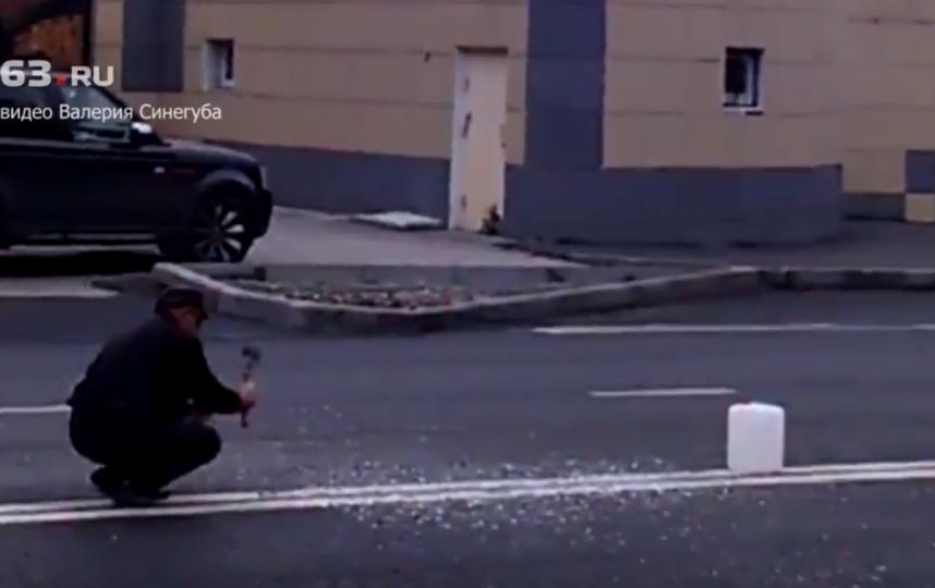 """В Тольятти мужчина топором прорубил """"двойную сплошную"""" на асфальте."""