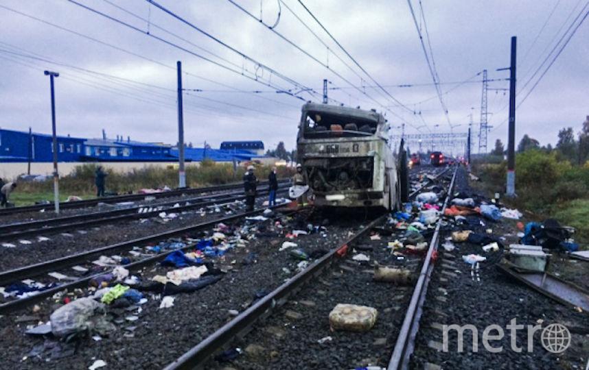 Фрагмент пассажирского автобуса, столкнувшегося c поездом на железнодорожном переезде неподалеку от станции Покровка во Владимирской области. Фото РИА Новости