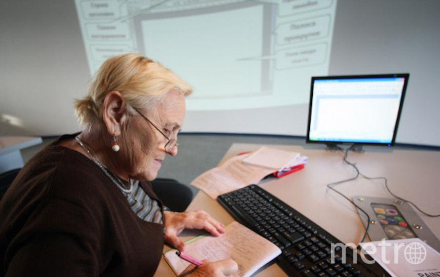 Пенсионерка проходит обучение на курсах компьютерной грамотности. Фото РИА Новости