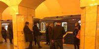 Человек упал на рельсы метро на станции