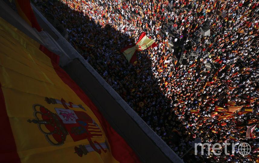 На воскресный митинг люди пришли с флагами Испании, Каталонии и Евросоюза. Фото AFP