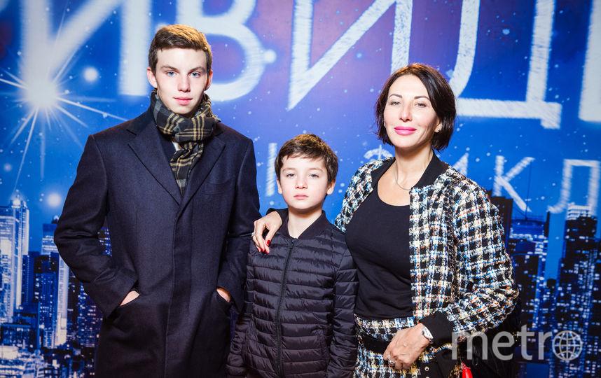 Алика Смехова с сыновьями Артёмом и Макаром.