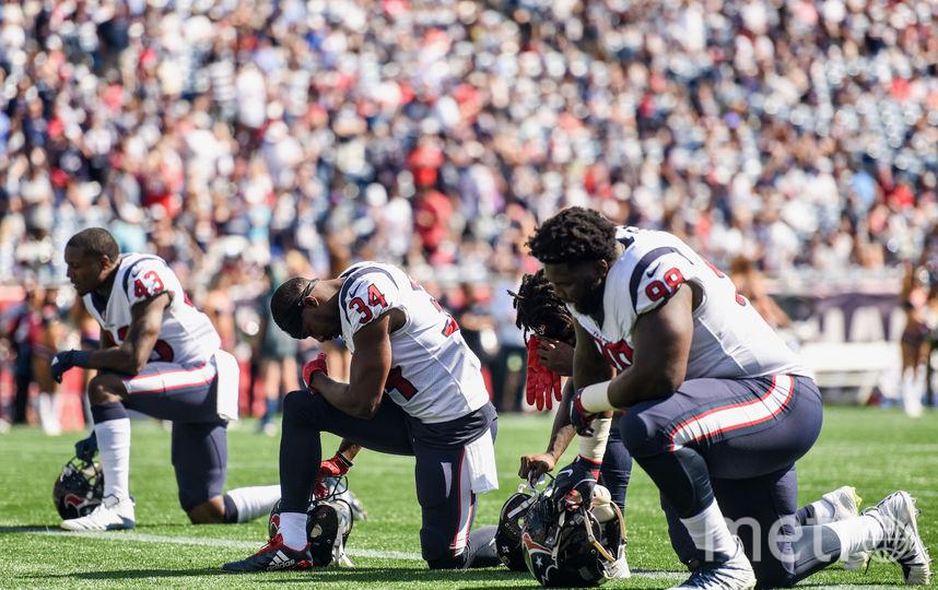 Половина команды отказалась стоять во время исполнения национального гимна США. Фото AFP