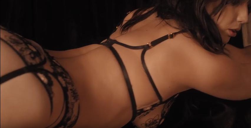 Откровенная реклама нижнего белья взорвала Сеть. Фото Скриншот Youtube
