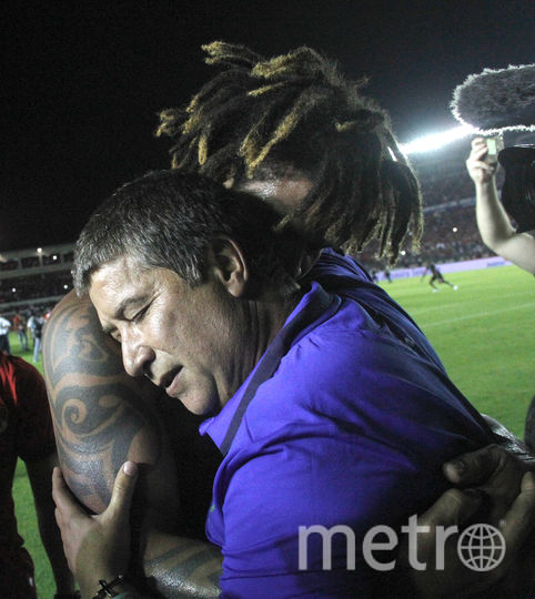 Футболисты сборной Панамы празднуют успех вместе с тренером. Фото AFP
