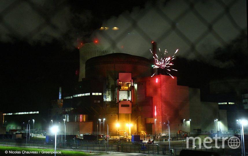 Французские активисты Greenpeace проникли на территорию АЭС и запустили фейерверк. Фото Twitter @greenpeacefr
