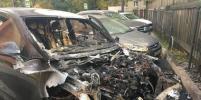 Новый Porsche Cayenne тушили спасатели на севере Петербурга
