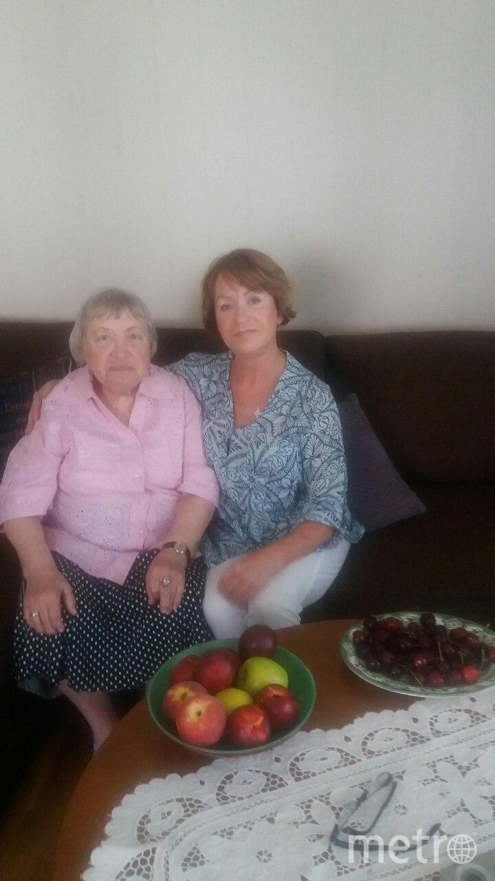 Нина Алексеевна и её дочь Татьяна (справа) | фото из семейного архива.