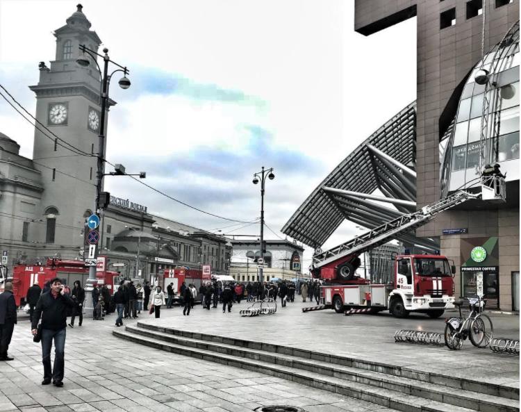"""69b43098dc9d В понедельник около полудня к зданию торгового центра """"Европейский""""  приехали пожарные - на крыше было заметно задымление."""