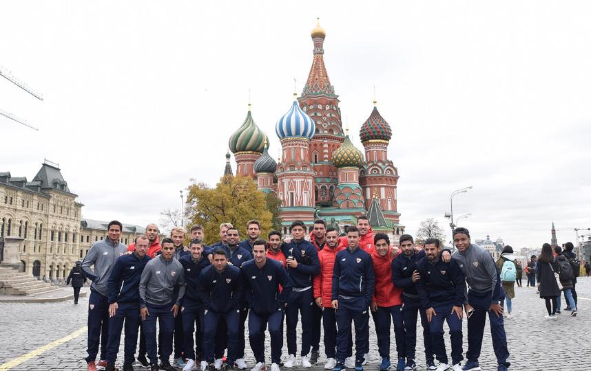 Перед матчем со «Спартаком» севильцы прогулялись по Красной площади. Фото Instagram.com/sevillafc