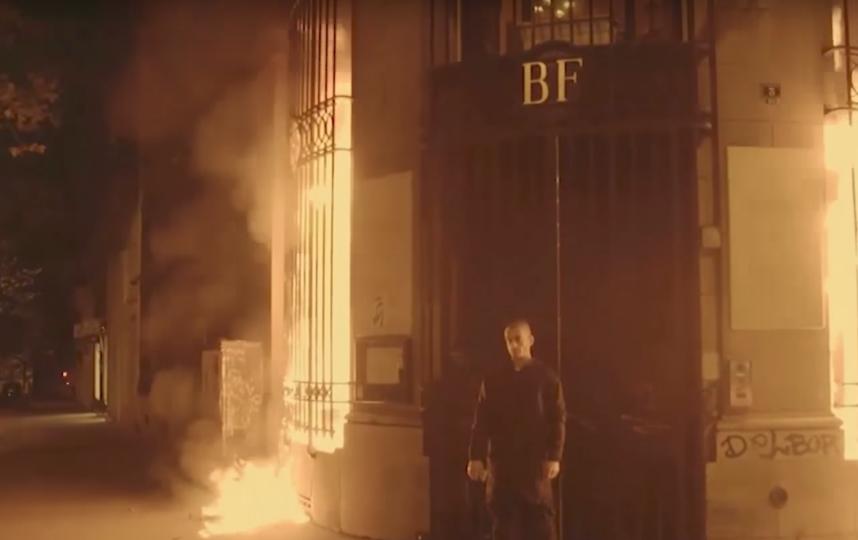 Павленский поджёг Банк Франции. Фото Current Time, Скриншот Youtube