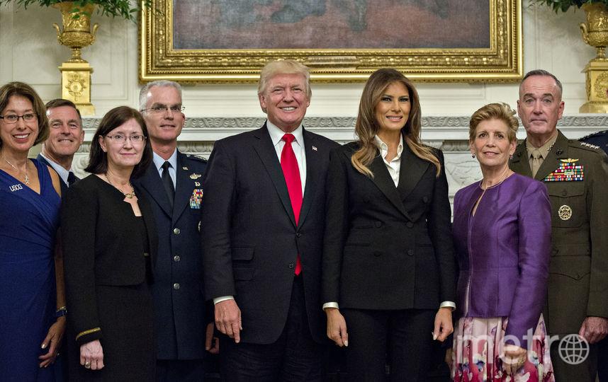 Мелания Трамп в черном стильном костюме. Фото Getty