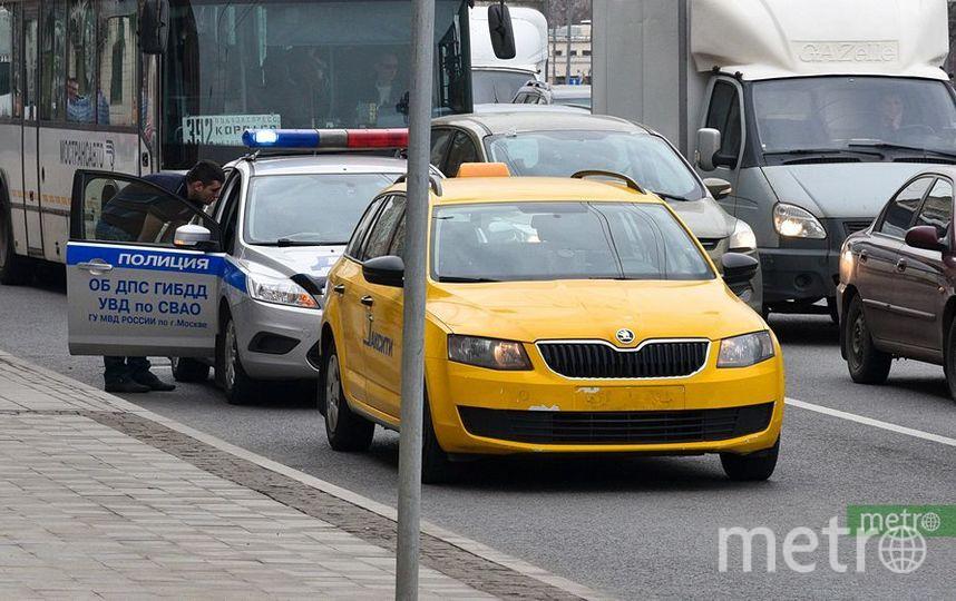 Массовое ДТП с участием трёх такси произошло на юге Москвы. Фото Василий Кузьмичёнок