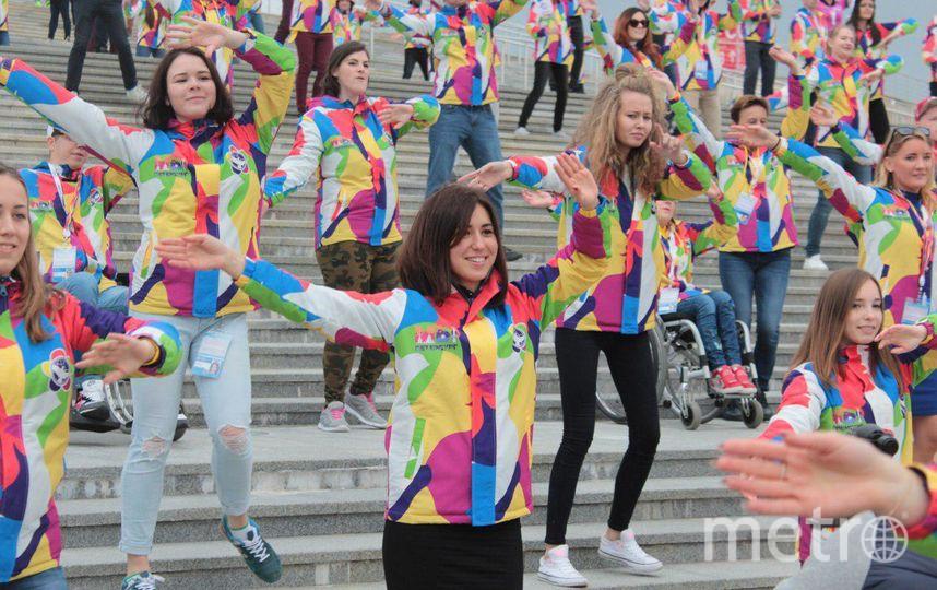 Танцевальный  флэшмоб на ступенях ледового дворца в Сочи. Фото предоставлены организаторами