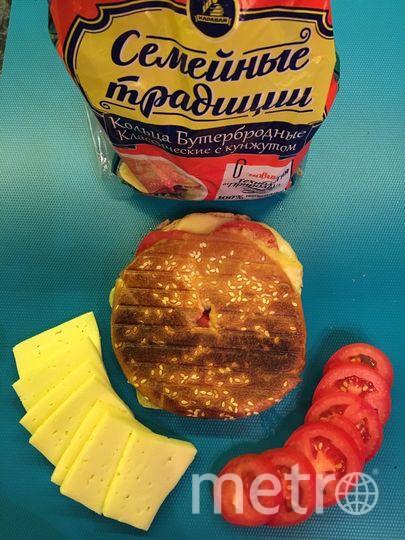 Хрустящие кольца с кунжутом из гриля - с сыром и помидорами. Фото Юля Юдина