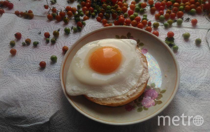 Совсем недавно открыли для себя вкуснющие бутербродные кольца, и придумали фирменный рецепт. Прекрасный быстрый завтрак готов! Фото нижнее колечко мажем творожный сыр, сверху кладем поджареное яйцо с жидким желтком.