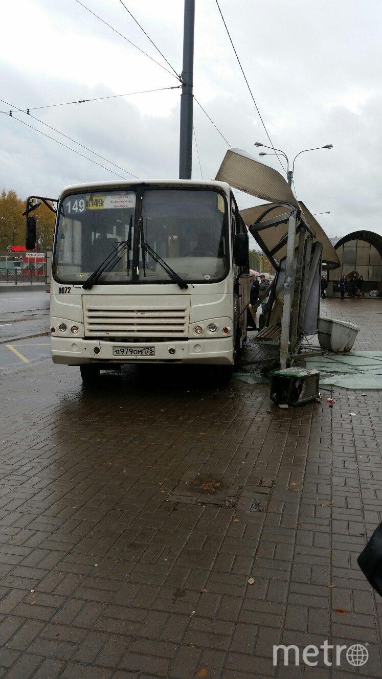 Автобус ПАЗ, курсирующий по маршруту №149, врезался в остановку.