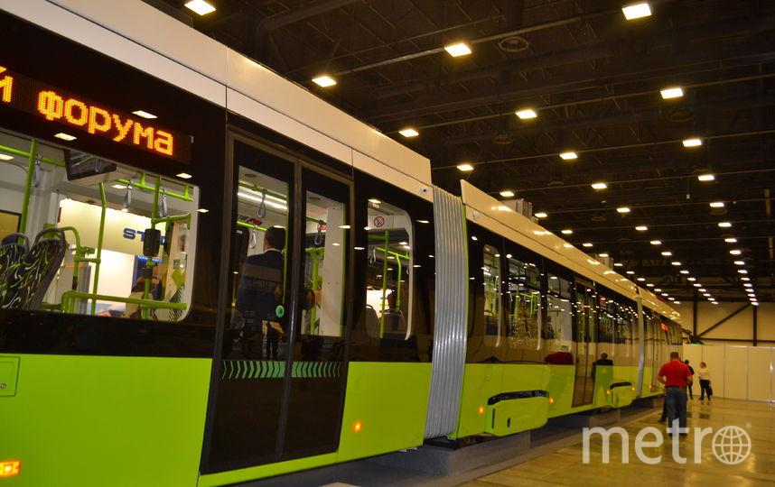"""Трамвай """"Чижик"""" длиной почти 34 метра."""