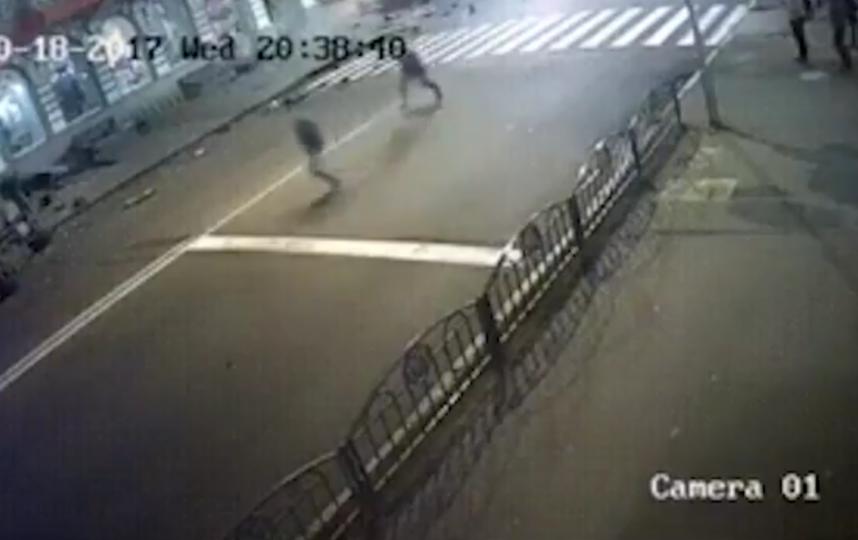 Опубликовано видео наезда иномарки на людей в Харькове. Фото Все - скриншот YouTube