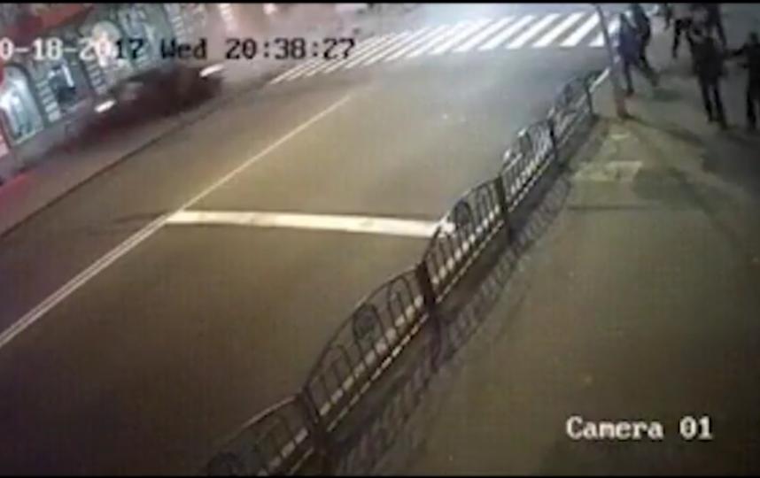 Опубликовано видео наезда иномарки на людей в Харькове.