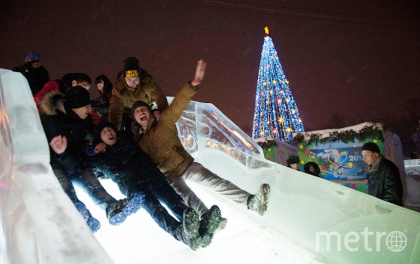 Москвичи катаются на ледяной горке перед встречей Нового года (архивное фото). Фото РИА Новости