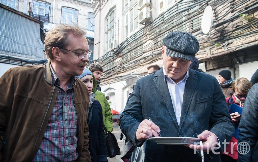 """Актёры подписывают тарелку. Фото предоставлено кинокомпанией """"Белое Зеркало"""""""