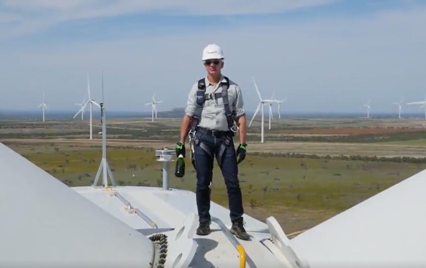 Так один из самых богатейших людей планеты отметил запуск ветряной фермы в Техасе. Фото Twitter @JeffBezos
