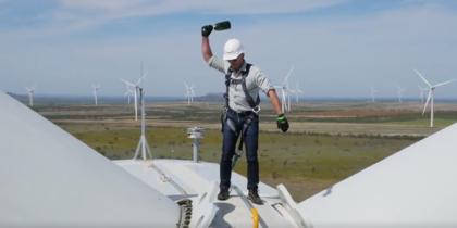 Американский миллиардер разбил бутылку шампанского на ветряке – видео