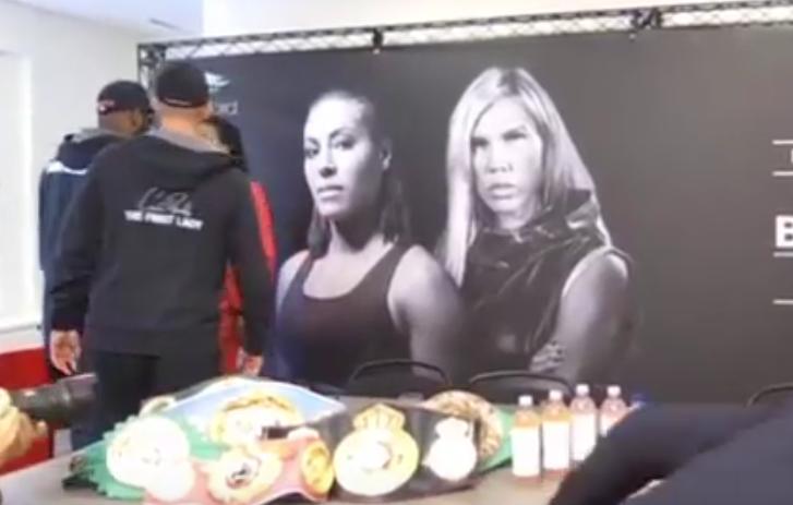 Чемпионка по боксу нокаутировала поцеловавшую ее соперницу. Фото Все - скриншот YouTube